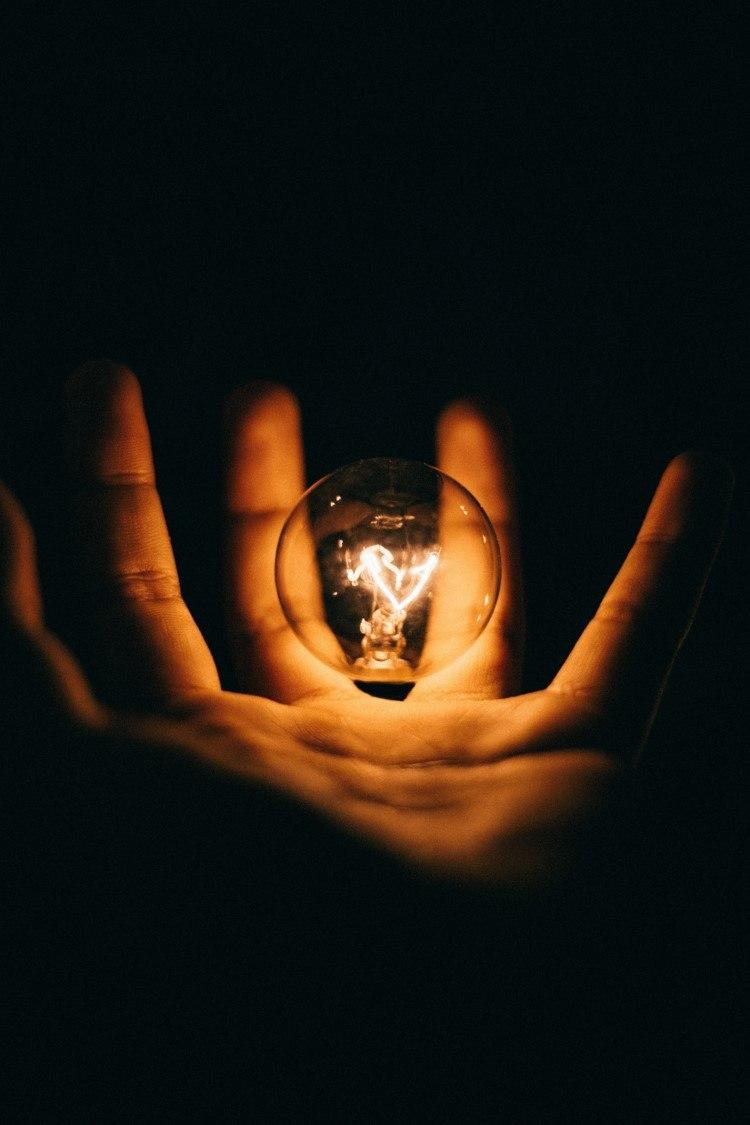 mano y bombilla, eficiencia energética