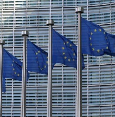 banderas de la unión europea en mástiles