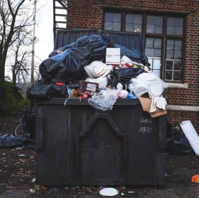 contenedor de residuos con residuos en su interior